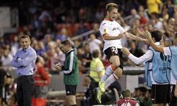 Fede Cartabia celebra con el banquillo el primero de sus dos goles al St.Gallen. | EFE
