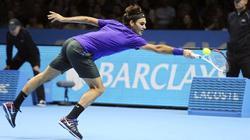 Federer se estira para devolver una bola a Tipsarevic en su debut en la Copa Masters. | EFE