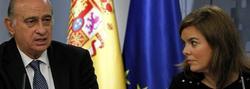 El ministro del Interior, Jorge Fernández Díaz, y la vicepresidenta, Soraya Sáenz de Santamaría, este viernes, en Moncloa. | EFE