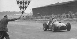 José Froilán González cruza primero la línea de meta en Silverstone en 1951.