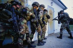 Un equipo de las 'Fuerzas Especiales' del ejército de EEUU, se dispone a entrar en el domicilio de un sospechoso. | Corbis