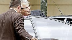 Garzón subiendo al coche en las afueras de la Audiencia | EFE