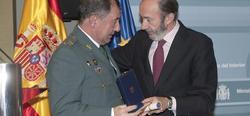 El general Masegosa, condecorado por Rubalcaba en 2009. | Archivo