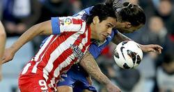 Falcao y Alexis disputan un balón. | EFE