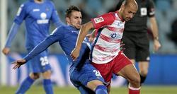 Francisco Alcácer, del Getafe, lucha un balón con Mikel Rico, del Granada. | EFE