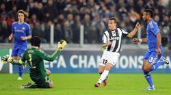 Giovinco marca el tercer gol de la Juventus ante el Chelsea.   EFE