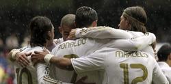 Los jugadores del Madrid celebran uno de los tantos del encuentro. | EFE