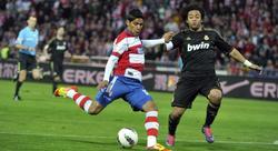Jara disputa un balón con Marcelo. | EFE