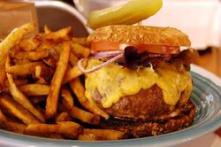 ¿Lograrán hacer hamburguesas artificiales así de apetitosas?   Flickr/CC/Stu Spivack
