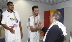 Florentino Pérez (d) saluda a Rudy Fernández (c) en presencia de Hettsheimer. | Foto: Sportyou.com