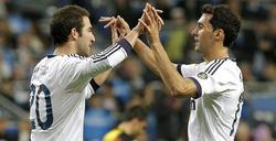 Higuaín celebra su gol con Arbeloa. | EFE