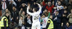 Higuaín celebra uno de sus dos goles al Espanyol.   EFE