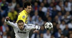 Higuaín pelea por un balón con Hummels durante el partido ante el Borussia. | EFE