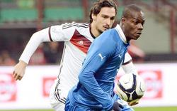 Hummels (i) disputa un balón con Balotelli. | EFE