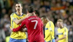 Ibrahimovic (i) se saluda con Cristiano Ronaldo tras el partido en Da Luz. | EFE