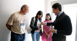 Momento en el que González entrega las llaves | Comunidad de Madrid