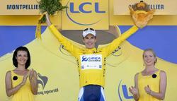 Daryl Impey posa con el maillot amarillo de líder en la meta de Montpellier. | Cordon Press
