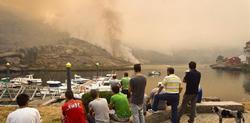 La localidad de Carnota amaneció con una densa humareda | EFE