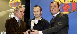 Rosell, junto a Iniesta en la entrega de un premio. | EFE