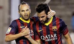 Iniesta y Cesc celebran uno de los goles del Barcelona. | EFE