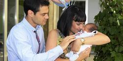 Irene Villa con su hijo recién nacido y su marido