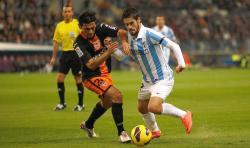 Isco disputa un balón con Tino Costa. | Cordon Press