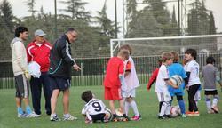 Isidoro San José anima a un grupo de niños en la escuela de fútbol que lleva su nombre. | Foto: inBusiness Sport