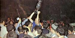Los jugadores italianos celebran el título junto a los aficionados.