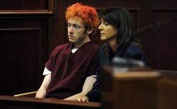 James Holmes, junto a su abogada, en el tribunal.   EFE