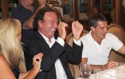 Julio Iglesias, junto a Antonio Banderas. | Archivo