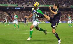Kaká controla el balón ante Ángel. | Cordon Press