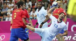 Nikola Karabatic (d) lanza a puerta ante la defensa de Raúl Entrerríos (i). | EFE