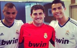 Benzema, Casillas y Ronaldo, en una imagen subida por el meta a su Facebook.
