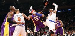 Carmelo Anthony (2d) pelea por un rebote con Dwight Howard (3i). | Cordon Press