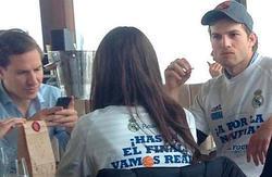 Mila Kunis y Ashton Kutcher, con la camiseta de apoyo al Real Madrid. | Cordon Press