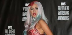 Lady Gaga, con un vestido hecho con carne, en los MTV Movie Awards.