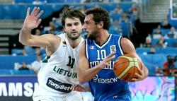 Kleiza (i) intenta frenar a Belinelli durante el Lituania-Italia. | EFE