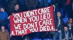 Aficionados del Liverpool con pancartas celebrando la muerte de Thatcher.