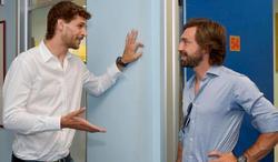 Fernando Llorente conversa con Andrea Pirlo en las instalaciones de su nuevo club.   Foto: Juventus.com