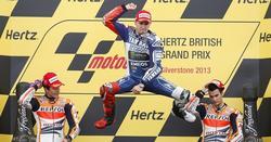 Jorge Lorenzo celebra su victoria en el podio. | EFE