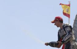 Jorge Lorenzo celebra su victoria en el podio de Montmeló. | EFE