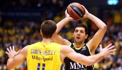 Nikola Mirotic es marcado por Nik Caner Medley, del Maccabi.   EFE