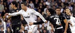 Cristiano Ronaldo (2i) controla el balón ante Tino Costa (i) y Dani Parejo.   EFE