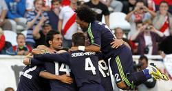 Benzema es felicitado por su gol al Rayo. | EFE