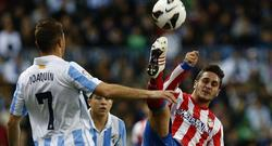 Koke y Joaquín pelean por un balón. | EFE