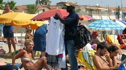 Manteros en la playa   Efe