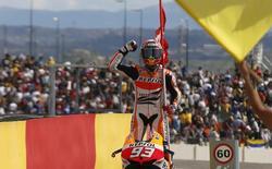 Marc Márquez ondeó la bandera de su club de fans en el GP de Aragón. | Cordon Press