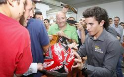 Marc Márquez firma autógrafos en Vic. | EFE