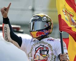 Márquez celebra el título con la bandera española.   EFE