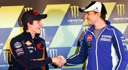 Marc Márquez (i) y Jorge Lorenzo se dan un apretón de manos en Le Mans.
